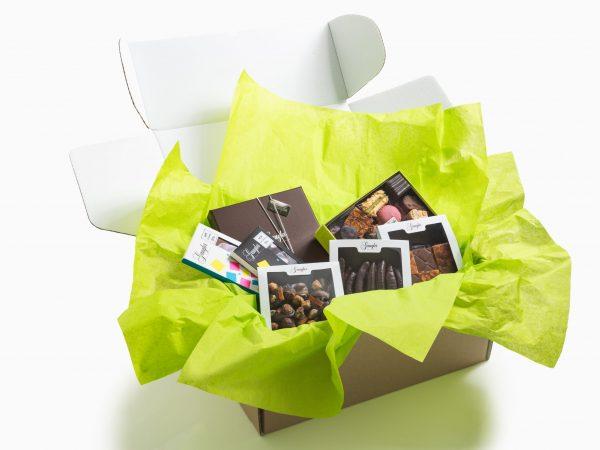 Box prestige expediable composée de :1 ballotin de 200g, 2 tablettes de chocolat, 1 mendiant, 1 florentin et 1 orangette